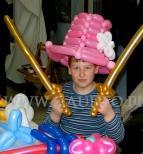 Chłopiec z szablami balonowymi