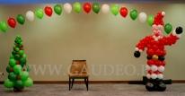 Choinka i Mikołaj z balonów na mikołajkowa spotkania dziecięce.