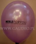 Czarne logo nadrukowane na fioletowym balonie.