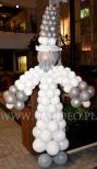 Figura czarodzieja wykonana z balonów.