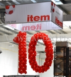 Wielka balonowa liczba na obchodach jubileuszu firmy.