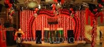 Dekoracja sceny z balonów na balu karnawałowym w stylu Moulin Rouge.