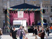 Scena na Wrocławskim Rynku udekorowana girlandami balonowymi.