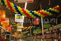 Dekoracja girlandami balonowymi w supermarkecie Auchan.