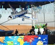 Dekoracja sceny balonowym samolotem na imprezie plenerowej.