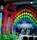 Tęcza z balonów helowych na imprezie z tematem przewodnim Świat Bajek.