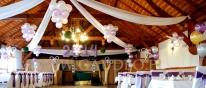 Dekoracja z balonów i tkanin na bal sylwestrowy.