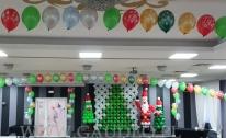 Dekoracja z balonów na Mikołajowy bal.