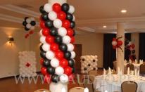 Dekoracja z balonów na imprezie w stylu kasyna.