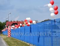 Balony z helem jako dekoracje ogrodzenia w Jeleniej Górze.