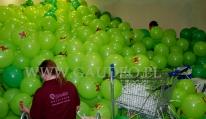 W trakcie dmuchania balonów z nadrukiem i zakładania na patyczki.