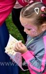 Dziewczynka z popcornem.