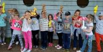 Dzieci pokazują figurki wykonane z balonów.