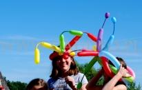 Dzieci w balonowych nakryciach głowy.