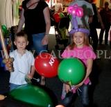 Dzieci z balonowymi figurkami.