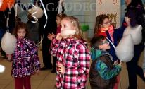 Wata cukrowa zjadana przez dzieci.