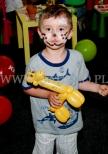 Dziecko z balonową żyrafą w czasie akcji promocyjnej galerii handlowej.