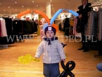 Dziecko z balonowymi czółkami.