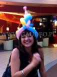 Dziewczyna w balonowym kapelusiku.