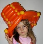 Dziewczynka w kapeluszu z balonów.