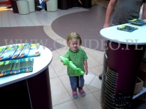 Dziewczynka z balonową figurką.