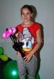 Dziewczynka z balonowym kwiatkiem.