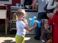 Dziewczynka z balonowym pieskiem.
