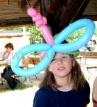 Dziewczynka z balonowym stroikiem na głowie.