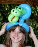 Dziewczynka z balonowym wężowym stroikiem na głowie.