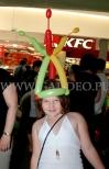 Dziewczynka w stroiku z balonów na głowie.