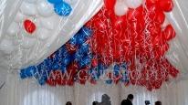 Ekipa Gaudeo pompuje balony helem.