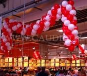 Sklep udekorowany girlandami z balonów reklamowych.