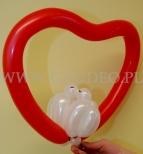 Zakochane gołąbki w serduszku skręcone z balonów.