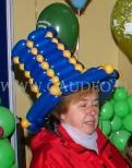 Granatowy kapelusz balonowy.