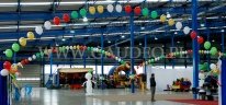 Hala fabryczna udekorowana łukami helowymi na świąteczne spotkania pracownicze.
