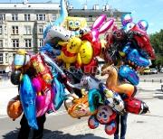 Helowe balony foliowe w czasie dostawy do klienta.