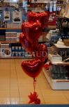 Walentynkowy stroik helowy ułożony z balonowych serduszek.