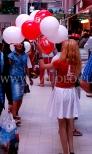 Balony reklamowe na patyczkach w czasie rozdawania przez hostessę.