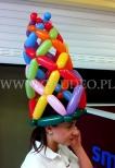 Hostessa w balonowej czapce.