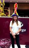 Hostessa w balonowym kapeluszu.