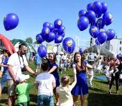 Hostessy rozdają balony helowe.