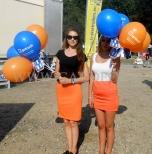Hostessy z balonami reklamowymi na patyczkach.