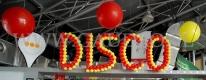 Impreza firmowa w stylu Disco udekorowana balonami.