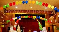 Impreza mikołajkowa udekorowana balonami z helem.