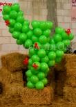 Kaktus z balonów na imprezie dla firmy.
