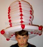 Kapelusz wykonany z balonów.