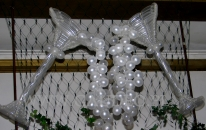 Kieliszki balonowe dekorujące salę na zabawie sylwestrowej.