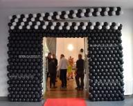 Balonowa dekoracja wejścia w kształcie filmowego klapsa.