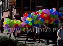 Klienci odbierają zamówione balony helowe.