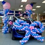 Kokarda balonowa uświetniająca odbiór nowego samochodu przez firmę.